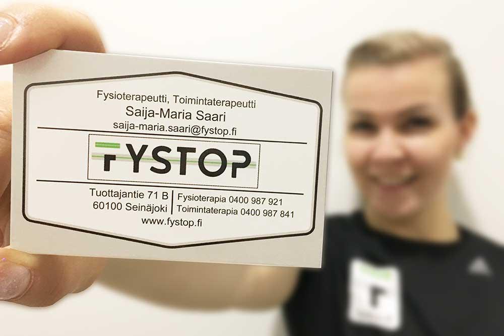 Saija-Maria Saari näyttää kameralle käyntikorttia