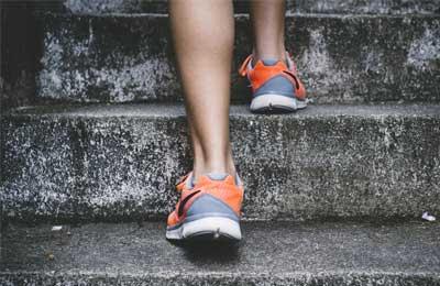 Nilkat kuvattuna takaa kun henkilö nousee portaita